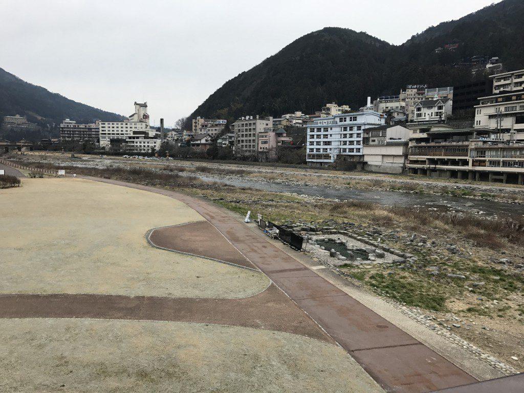下呂温泉 飛騨川沿い 噴泉池