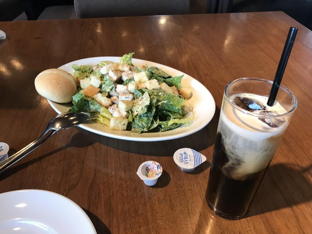 ウルフギャング・パック カフェ 池袋店 チキンシーザーサラダ、アイスコーヒー