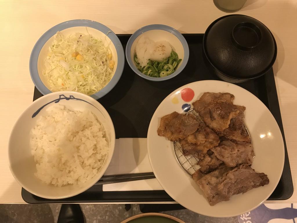 松屋フーズ 牛焼肉と牛カルビの鉄板コンビセット+野菜サラダ